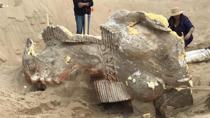 В песках Калифорнии откопали 100-летнюю статую сфинкса