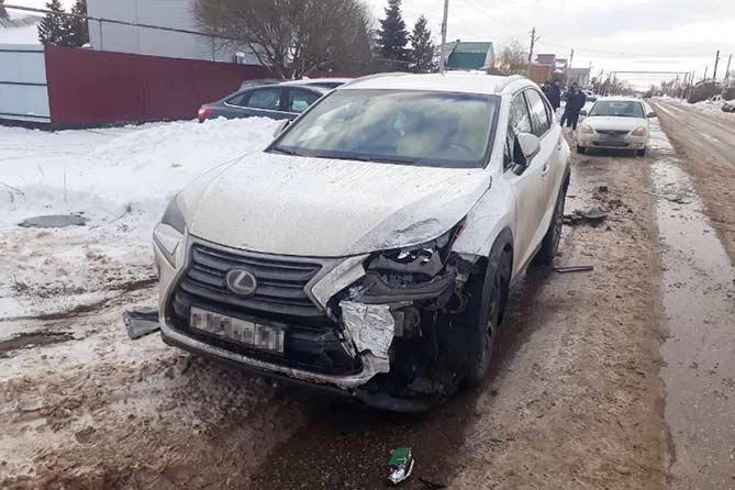 Девушка на «Лексусе» врезалась в припаркованный автомобиль