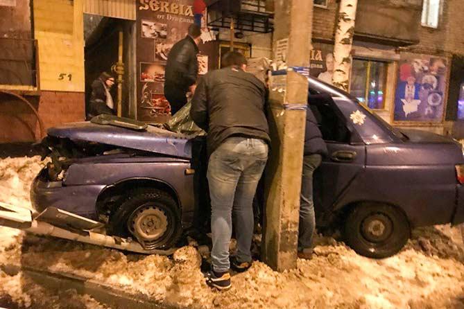 30-12-2017: Автомобиль врезался в столб