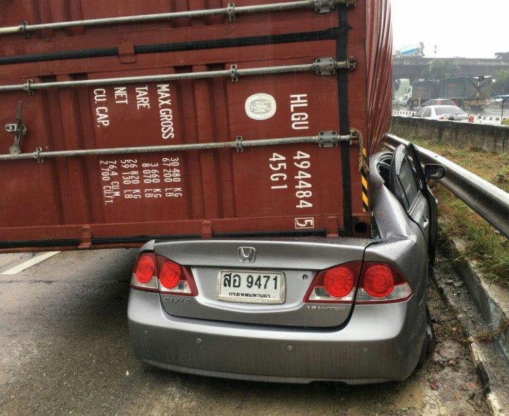 Водитель чудом выжил в раздавленной контейнером машине