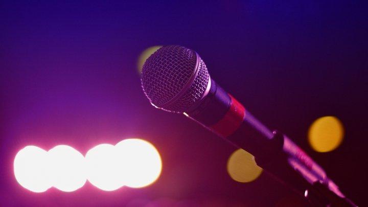 В ресторане караоке женщину ударили микрофоном по голове