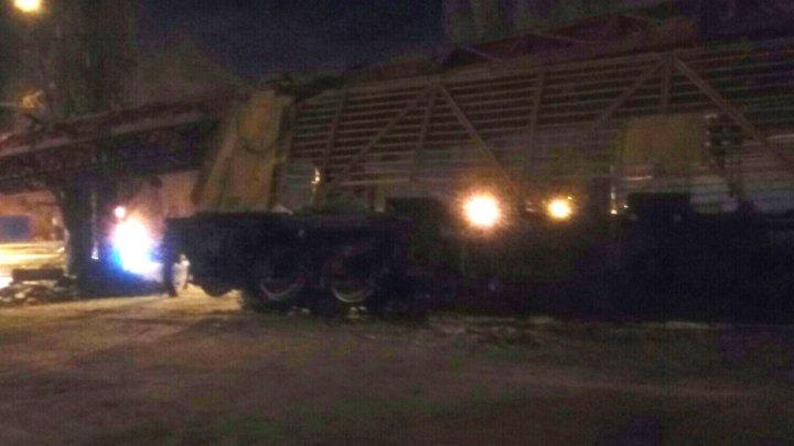 В Воронеже поезд с краном врезался в фуру и сошёл с рельсов: фото
