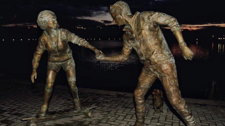 В парке «Валя Морилор» появилась скульптура влюблённых: фото