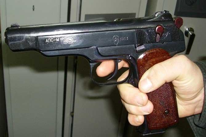 Угрожая ему убийством: Ударил пистолетом по голове