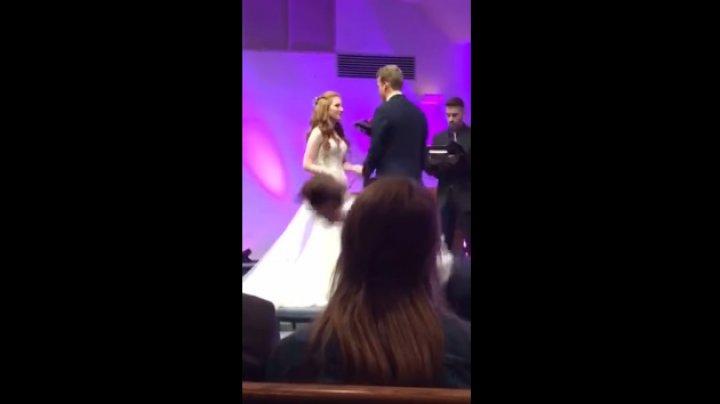 Уставший американец рухнул во время свадебной церемонии: видео