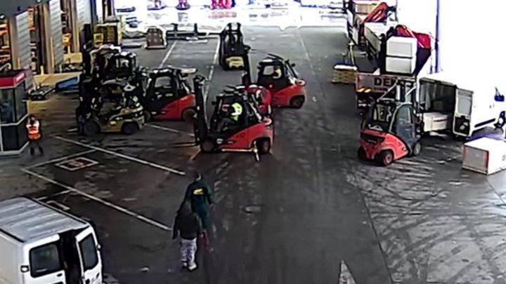 В Чехии кладовщики поймали воров с помощью трех погрузчиков