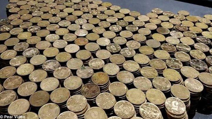 Бизнесмен расплатился за автомобиль в салоне монетами