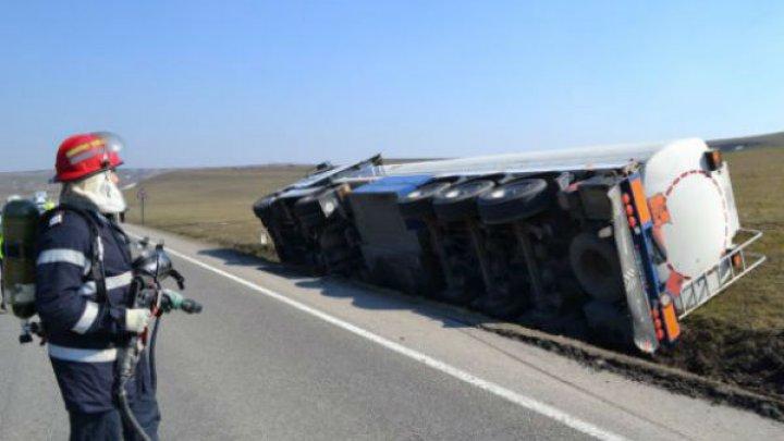 Близ города Вулкэнешть перевернулась автоцистерна с дизтопливом