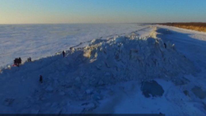 На границе России и Китая выросла ледяная стена (видео)