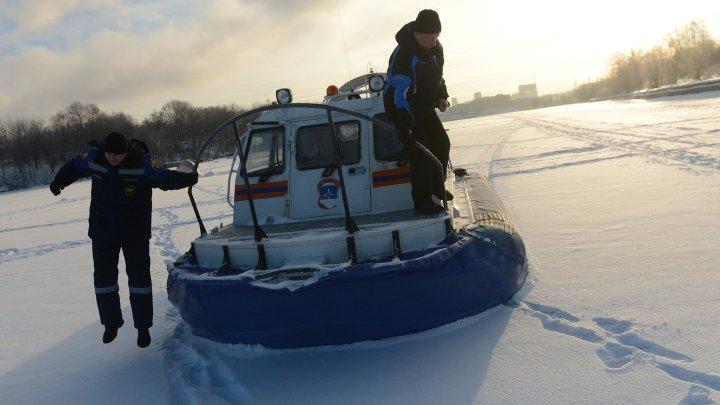 На юге Москвы подростков на лодке спасли из ледяной полыньи