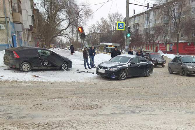 24-01-2018: Автомобиль наехал на светофор и затем на пешехода на тротуаре