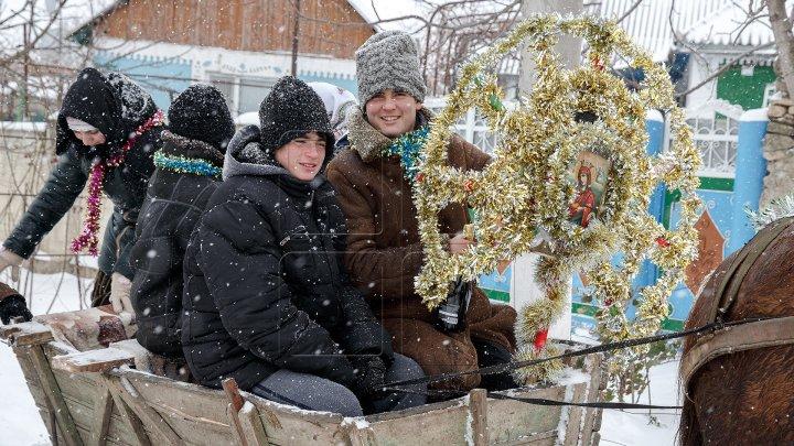 В Дэнченах в канун дня Святого Василия по домам ходили колядующие
