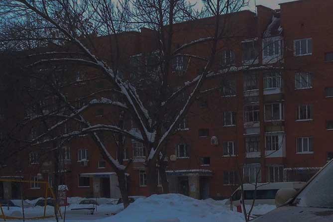 Упавшую с четвертого этажа женщину кто-то занес в квартиру