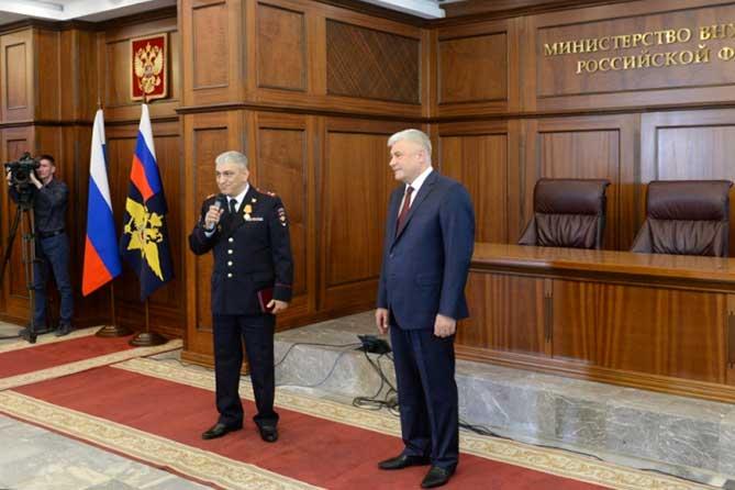 Министр внутренних дел РФ вручил медаль полицейскому из Тольятти, спасшему ребенка
