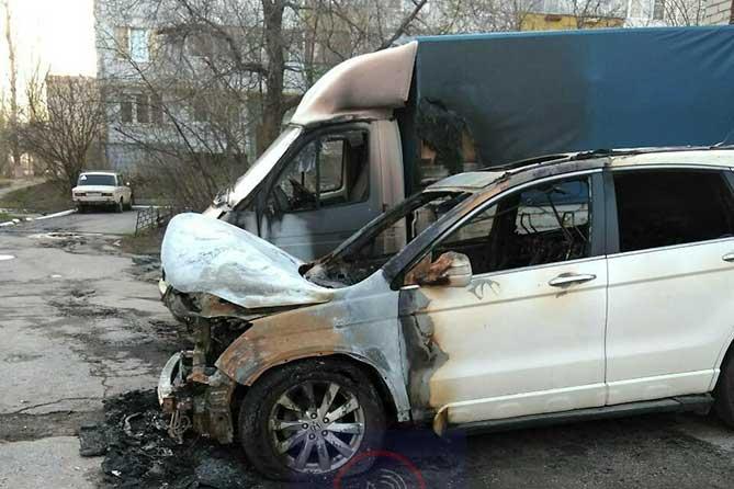 Ночью в Поволжском обгорели четыре машины