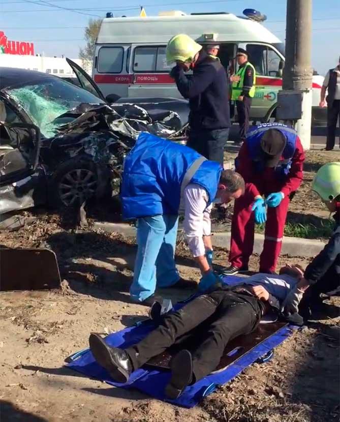 врачи осмтаривают пострадавшего в аварии