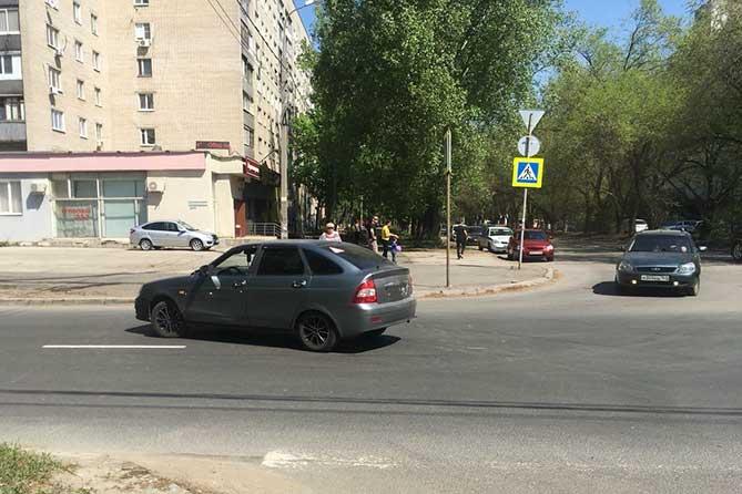 Водитель допустил наезд на женщину и двухлетнего мальчика