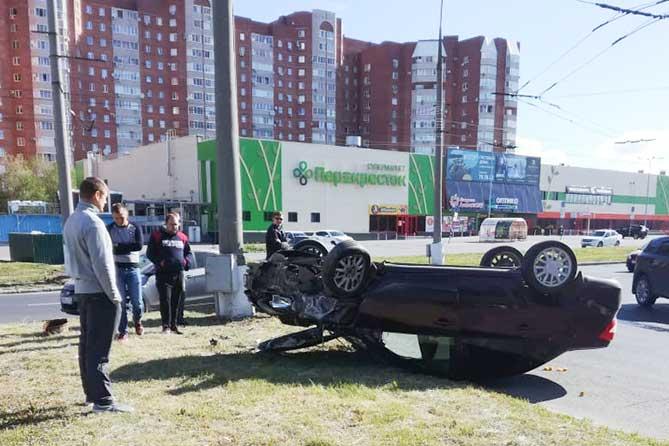 ДТП на Спортивной: От удара автомобиль наехал на столб и перевернулся