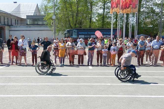 инвалиды-колясочники участвуют в соревнованиях