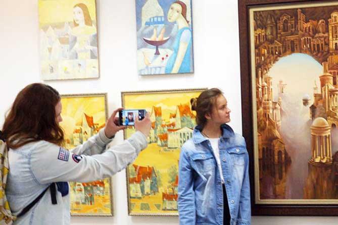 В Тольяттинском художественном музее открылась выставка «Городские метаморфозы»