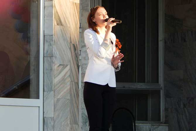 артистка выступает на концерте 09-05-2018