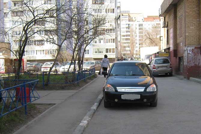 Автолюбитель при движении задним ходом допустил наезд на женщину