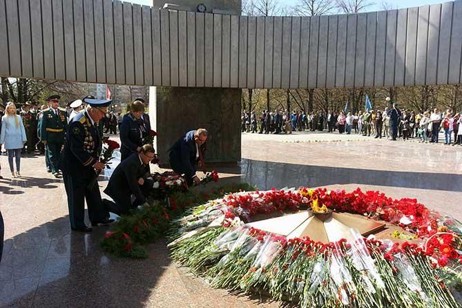 Дмитрий Азаров и Сергей Анташев возложили цветы к Вечному огню