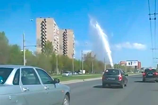 На улице Жукова вырвалась мощная струя воды