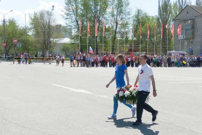 легкоатлеты возлагают цветы к обелиску Славы