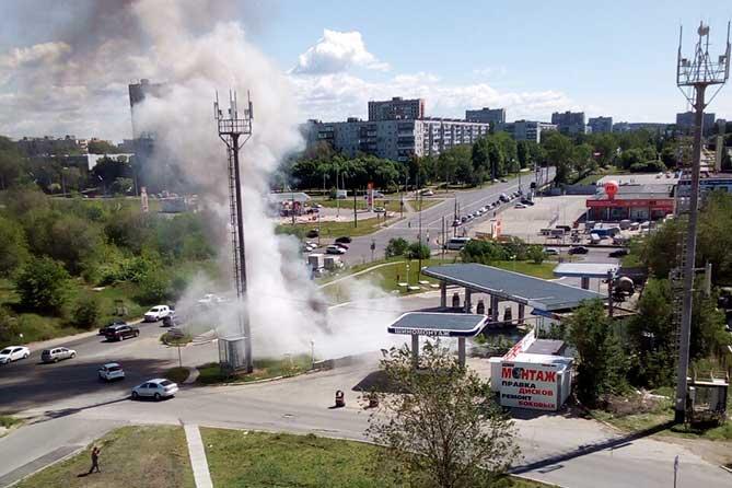 дым от горящего автомобиля на автозаправке