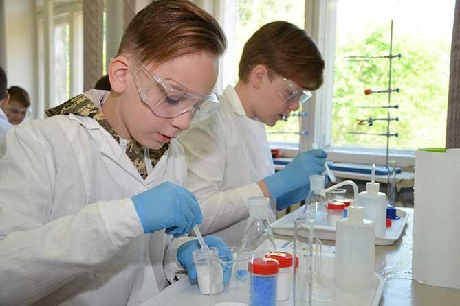 школьники проводят химические опыты