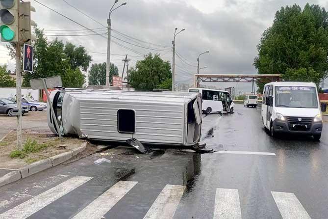 Перевернулся маршрутный Форд: Пострадали семь пассажиров