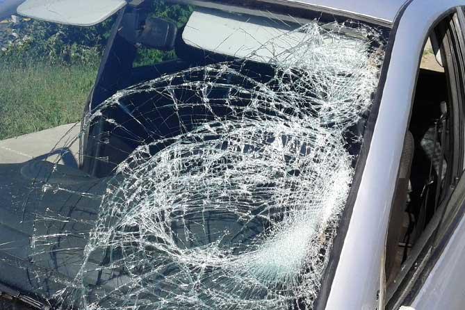 разбитое лобовое стекло у автомобиля