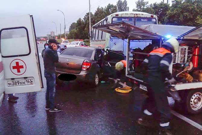 спасатели эвакуируют пассажира