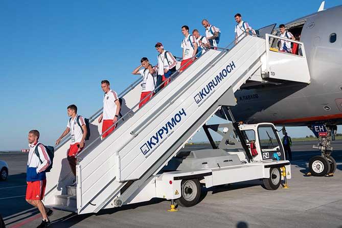 футболисты сборной в аэропорту