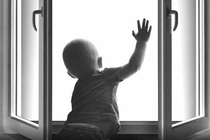 Годовалый ребенок выпал из окна четвертого этажа