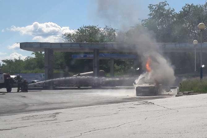 пожарные тушат грящий автомобиль
