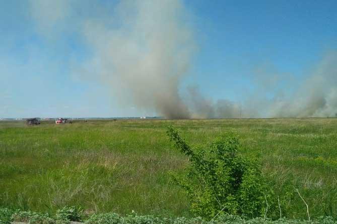 пожарные машины в поле возле села Подстепки