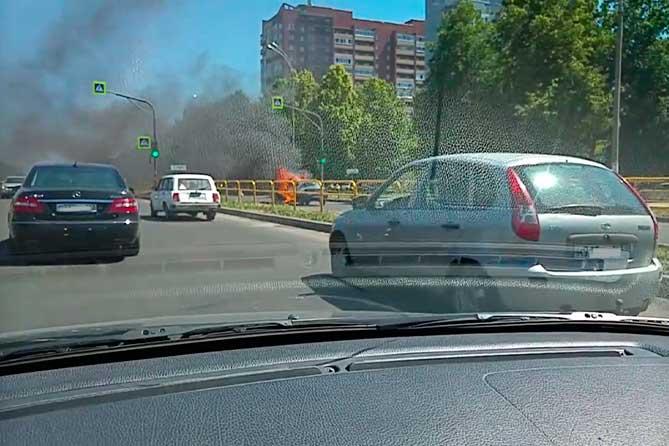 На улице Свердлова загорелся автомобиль
