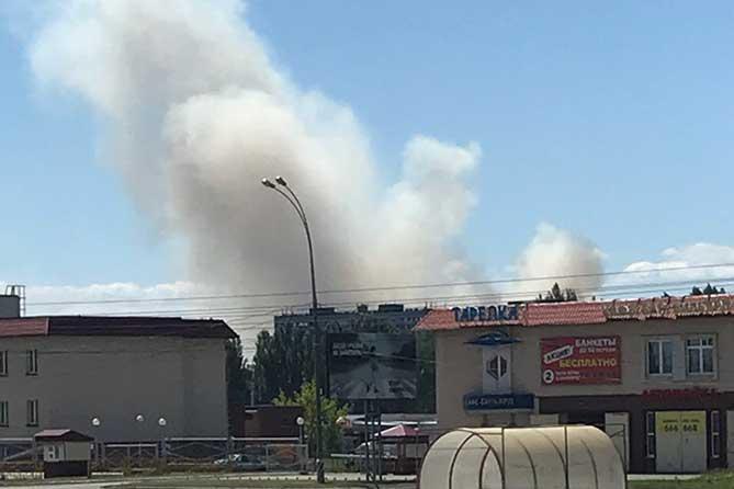 дым за строениями в Автозаводском районе