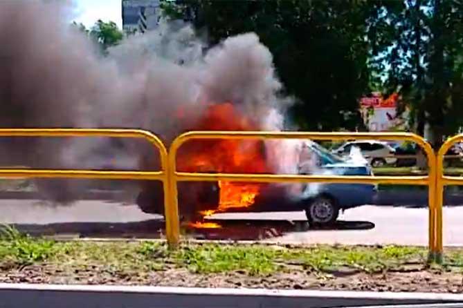 Lada загорелась на улице Свердлова 28 июня 2018 года