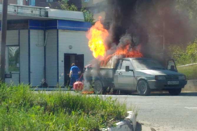 В Тольятти мужчина отогнал горящий автомобиль от автозаправки