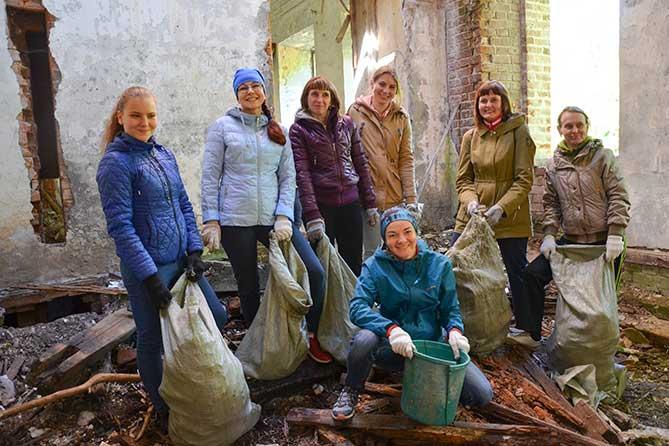 сотрудника Сибура на уборке мусора