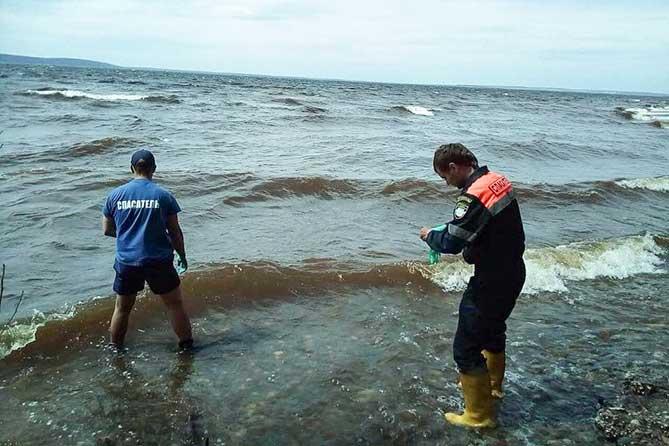В воде у берега обнаружено тело мужчины