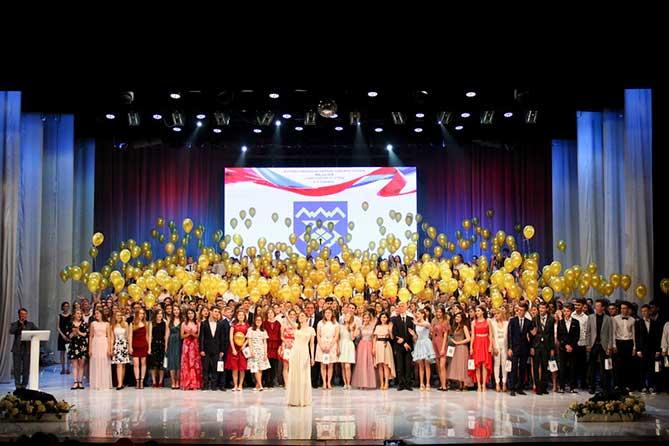 В Тольятти вручили медали выпускникам школ 2018
