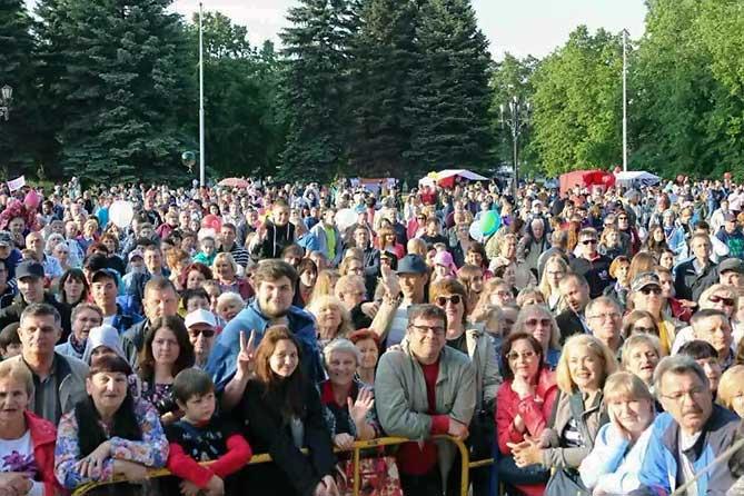 люди пришли на концерт день города