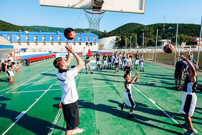 Юные баскетболисты встретились с форвардом сборной России по баскетболу Андреем Зубковым