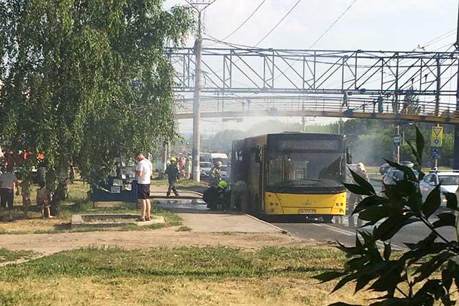 На Автозаводском шоссе загорелся автобус