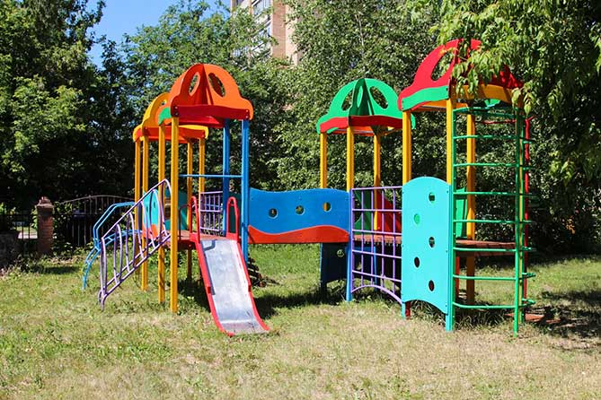 Работники «СИБУР Тольятти» благоустроили территорию Центра помощи детям «Созвездие»