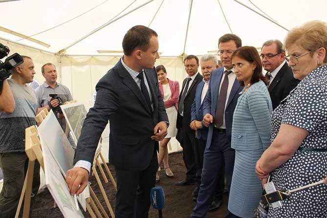Дмитрий Азаров посетил место строительства будущего сквера «Маяк»